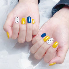 方圆形蓝色黄色白色波点跳色夏天美甲图片