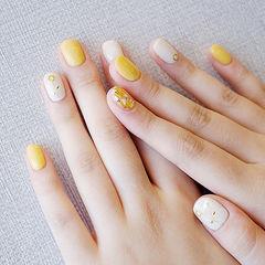 圆形黄色白色贝壳片跳色美甲图片