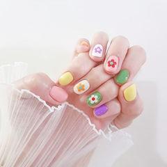 圆形粉色绿色白色黄色手绘花朵跳色美甲图片