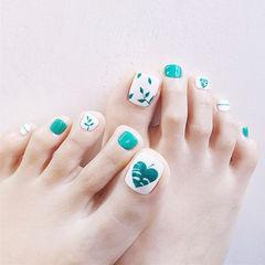 脚部绿色白色手绘树叶夏天ins美图分享,想学美甲咨询微信mjbyxs6哦~美甲图片