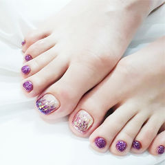 脚部紫色渐变闪粉美甲图片