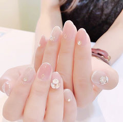 圆形裸色钻粉色简约新娘ins美图分享,想学美甲咨询微信mjbyxs6哦~美甲图片