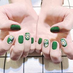 方圆形绿色白色手绘雏菊夏天ins美图分享,想学美甲咨询微信mjbyxs6哦~美甲图片
