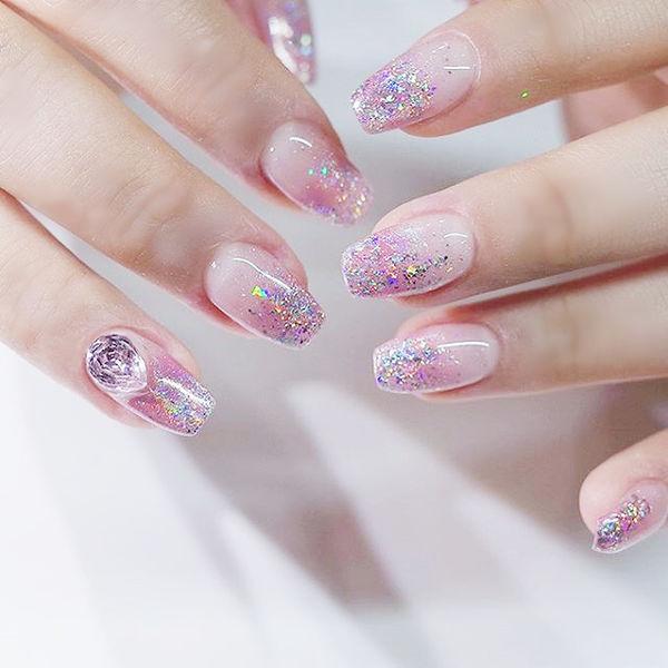 方圆形粉色渐变钻闪粉美甲图片