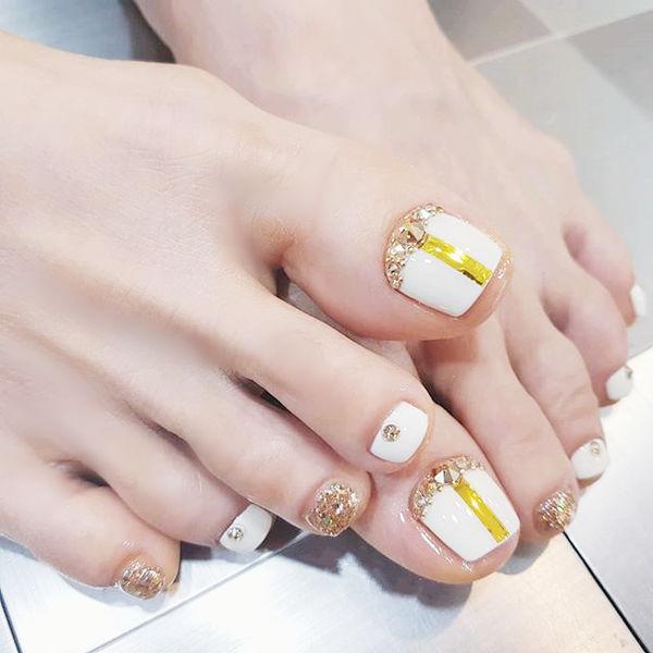 脚部白色金色金银线钻美甲图片
