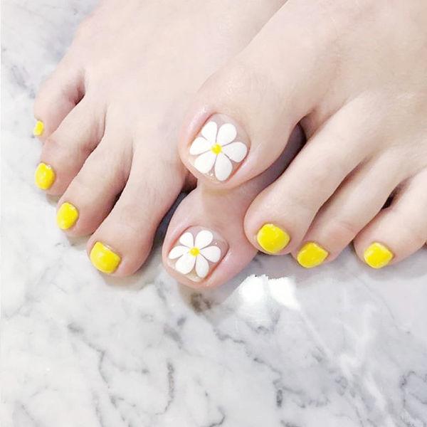 脚部黄色白色手绘花朵ins美图分享,想学美甲咨询微信mjbyxs6哦~美甲图片