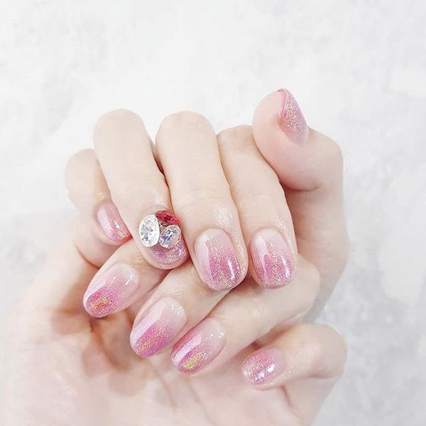 圆形粉色镭射渐变钻美甲图片