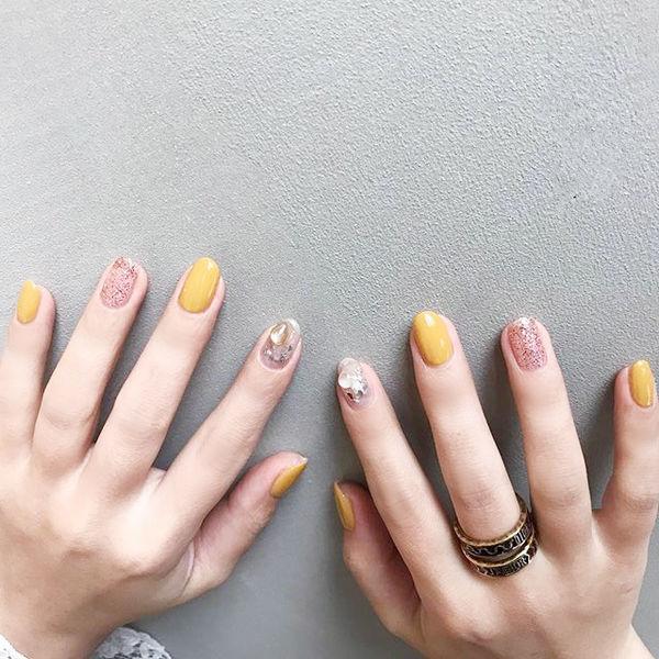 圆形黄色银色贝壳片跳色夏天美甲图片