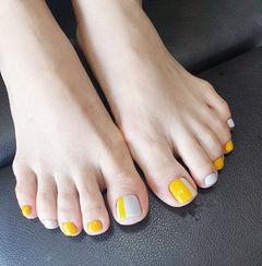 脚部黄色白色美甲图片