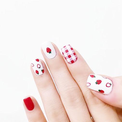 方圆形红色白色手绘格纹水果草莓磨砂ins美图分享,想学美甲咨询微信mjbyxs6哦~美甲图片
