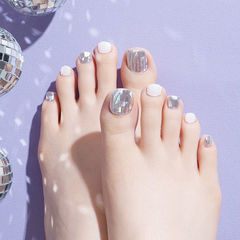 脚部白色银色韩式美甲图片