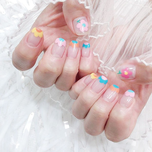 方圆形粉色黄色蓝色手绘花朵法式夏天ins美图分享,想学美甲咨询微信mjbyxs6哦~美甲图片