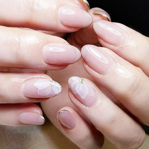 圆形粉色白色手绘花朵简约ins美图分享,想学美甲咨询微信mjbyxs6哦~美甲图片