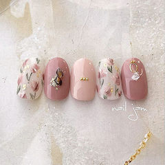 圆形豆沙色手绘花朵贝壳片金箔美甲图片