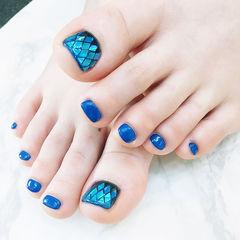 脚部蓝色菱形亮片夏天美甲图片