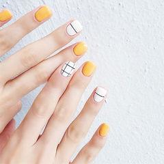 方圆形黄色白色线条格子美甲图片