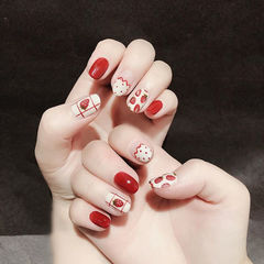圆形红色白色手绘水果草莓法式可爱夏天美甲图片