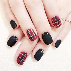 方圆形黑色酒红色格纹磨砂美甲图片