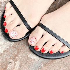 脚部红色手绘水果樱桃夏天想学习这么好看的美甲吗?可以咨询微信mjbyxs3哦~美甲图片