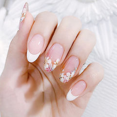圆形白色粉色手绘花朵法式想学习这么好看的美甲吗?可以咨询微信mjbyxs3哦~美甲图片