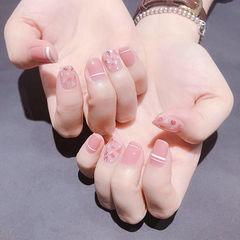 方圆形粉色线条贝壳片简约上班族想学习这么好看的美甲吗?可以咨询微信mjbyxs3哦~美甲图片
