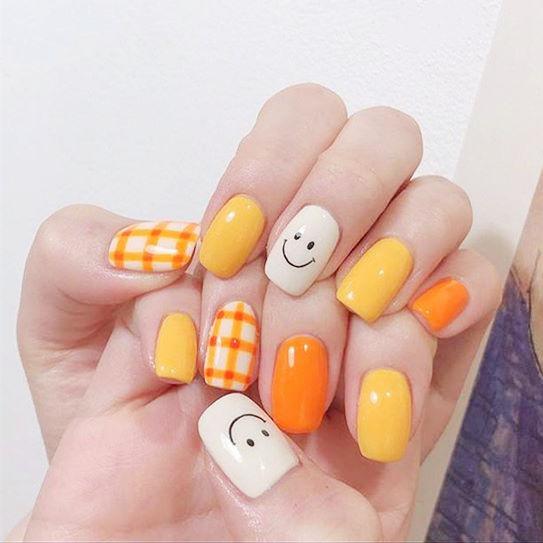 方圆形黄色橙色白色格纹笑脸跳色想学习这么好看的美甲吗?可以咨询微信mjbyxs3哦~美甲图片
