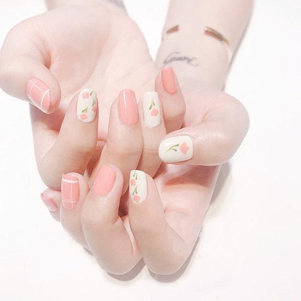 方圆形粉色白色手绘花朵跳色简约想学习这么好看的美甲吗?可以咨询微信mjbyxs3哦~美甲图片