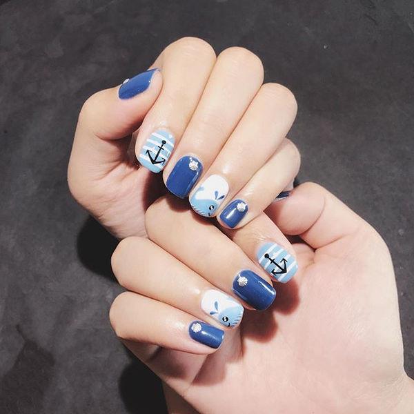 方圆形蓝色白色手绘可爱夏天想学习这么好看的美甲吗?可以咨询微信mjbyxs3哦~美甲图片