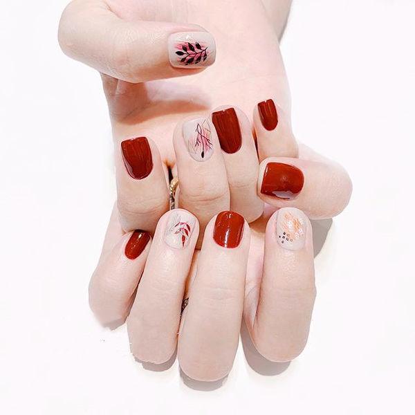 方圆形红色白色手绘树叶想学习这么好看的美甲吗?可以咨询微信mjbyxs3哦~美甲图片