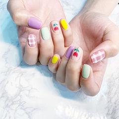方圆形紫色黄色粉色绿色手绘花朵格纹跳色磨砂想学习这么好看的美甲吗?可以咨询微信mjbyxs3哦~美甲图片