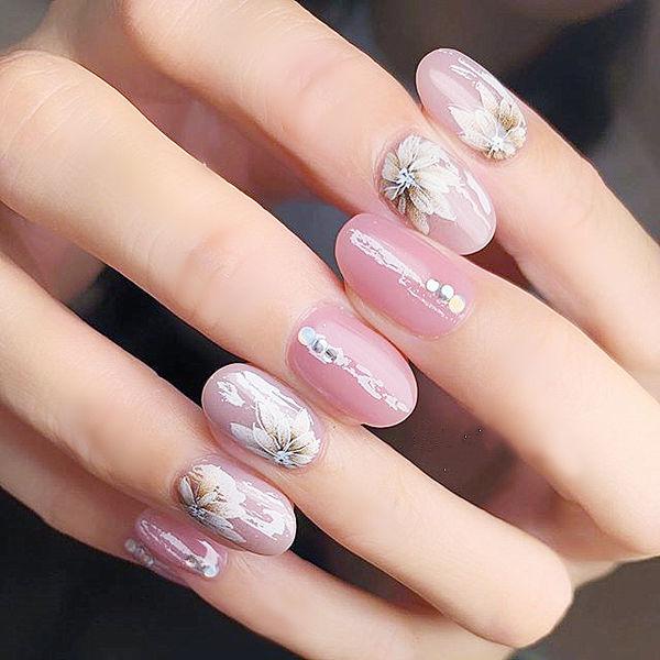 圆形粉色白色手绘花朵美甲图片
