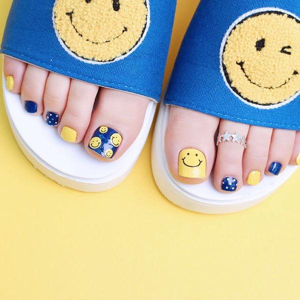 脚部蓝色黄色笑脸跳色想学习这么好看的美甲吗?可以咨询微信mjbyxs3哦~美甲图片