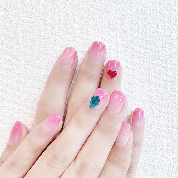 方圆形粉色渐变钻想学习这么好看的美甲吗?可以咨询微信mjbyxs3哦~美甲图片
