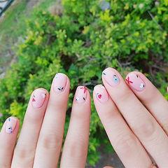 方圆形裸色红色绿色手绘花朵简约想学习这么好看的美甲吗?可以咨询微信mjbyxs3哦~美甲图片