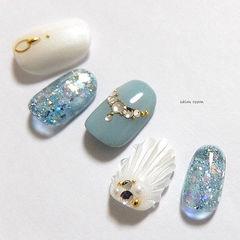 圆形蓝色白色钻贝壳夏天美甲图片