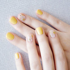方圆形黄色金属饰品夏天想学习这么好看的美甲吗?可以咨询微信mjbyxs6哦~美甲图片