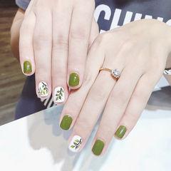 方圆形绿色白色手绘树叶夏天想学习这么好看的美甲吗?可以咨询微信mjbyxs6哦~美甲图片