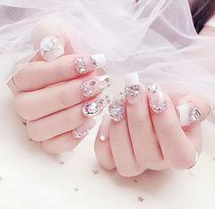 方圆形白色钻平法式亮片新娘想学习这么好看的美甲吗?可以咨询微信mjbyxs6哦~美甲图片