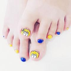 脚部蓝色黄色手绘卡通跳色想学习这么好看的美甲吗?可以咨询微信mjbyxs6哦~美甲图片
