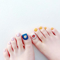 脚部红色蓝色白色黄色手绘花朵夏天想学习这么好看的美甲吗?可以咨询微信mjbyxs6哦~美甲图片