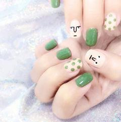 方圆形绿色白色手绘波点想学习这么好看的美甲吗?可以咨询微信mjbyxs6哦~美甲图片