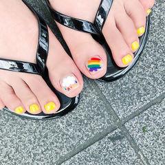 脚部黄色白色手绘彩虹夏天想学习这么好看的美甲吗?可以咨询微信mjbyxs6哦~美甲图片