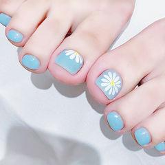 脚部蓝色白色手绘雏菊夏天想学习这么好看的美甲吗?可以咨询微信mjbyxs6哦~美甲图片