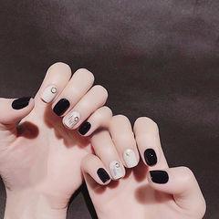 方圆形黑色白色线条跳色短指甲想学习这么好看的美甲吗?可以咨询微信mjbyxs6哦~美甲图片