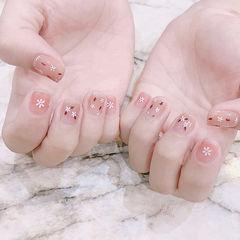 方圆形粉色白色手绘花朵简约想学习这么好看的美甲吗?可以咨询微信mjbyxs6哦~美甲图片