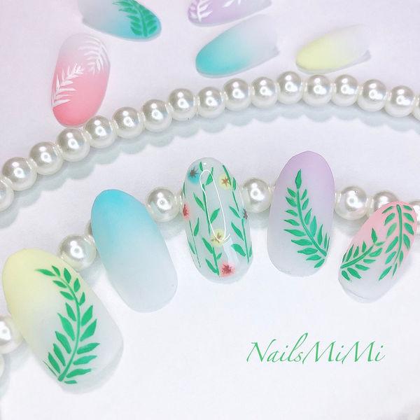 圆形绿色蓝色粉色渐变手绘树叶夏天日式磨砂美甲图片