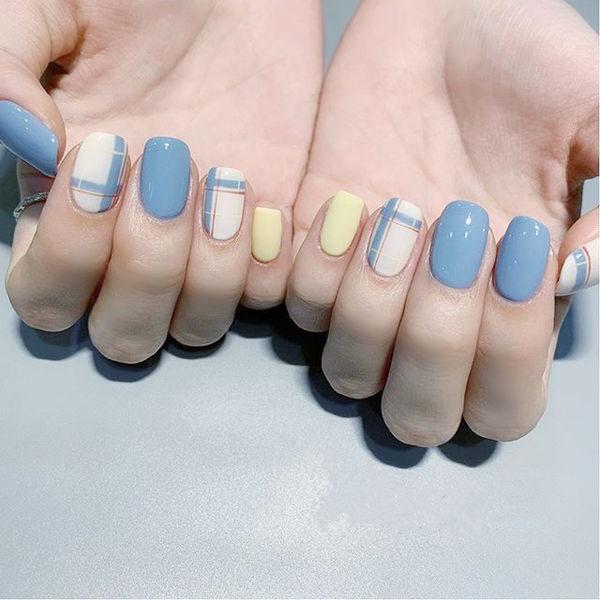 方圆形蓝色白色黄色线条跳色美甲图片