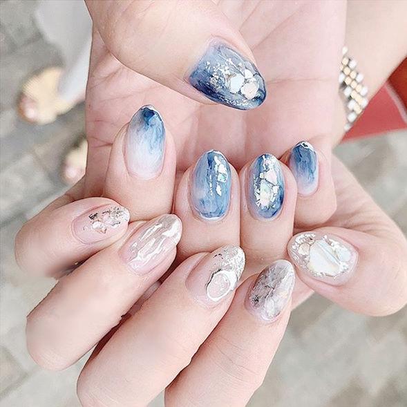 圆形蓝色银色晕染贝壳片想学习这么好看的美甲吗?可以咨询微信mjbyxs6哦~美甲图片