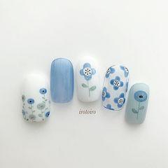 圆形蓝色手绘花朵夏天美甲图片