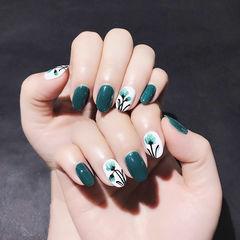 圆形绿色白色手绘花朵美甲图片